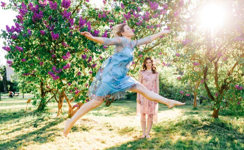 2 kvinder der pjatter i haven